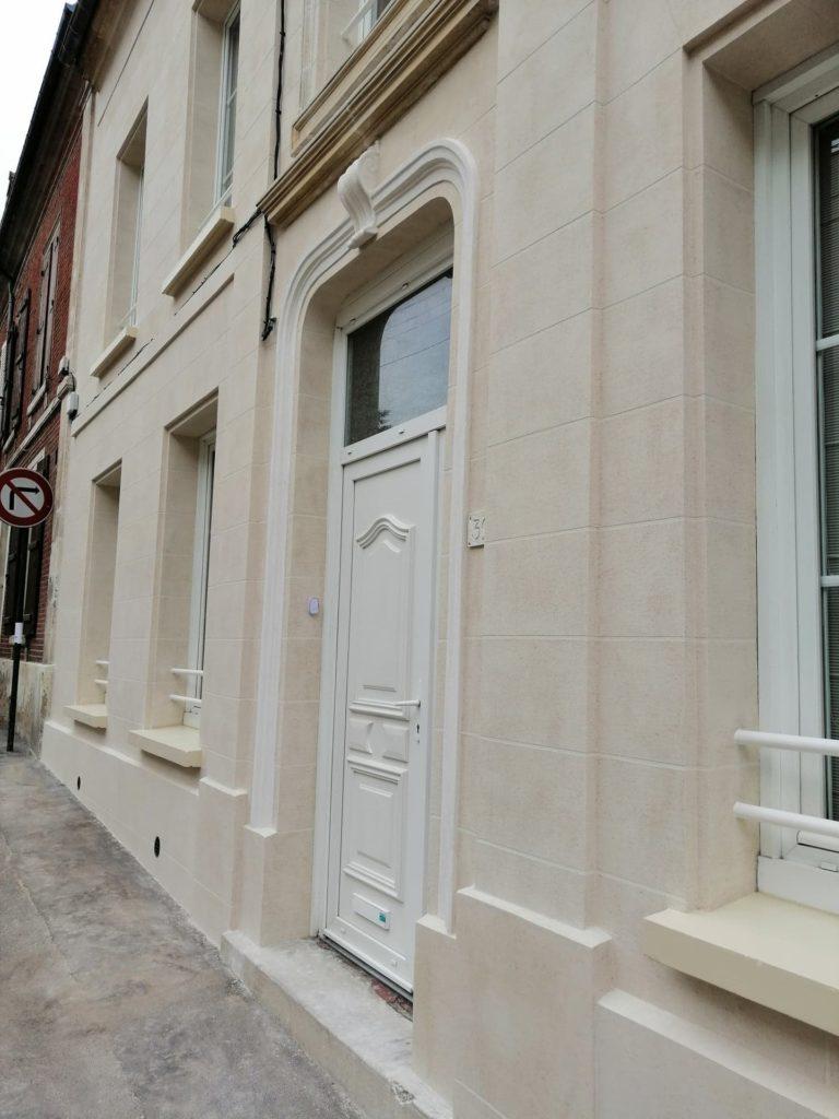 Détail porte et fenêtre en Ravalement aspect pierre de travertin Clermont 60600 Cofapi