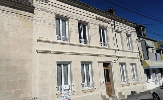 vue latérale de la façade après le ravalement effectué par Cofapi avec le panneau Cofapi finition en aspect pierre de travertin