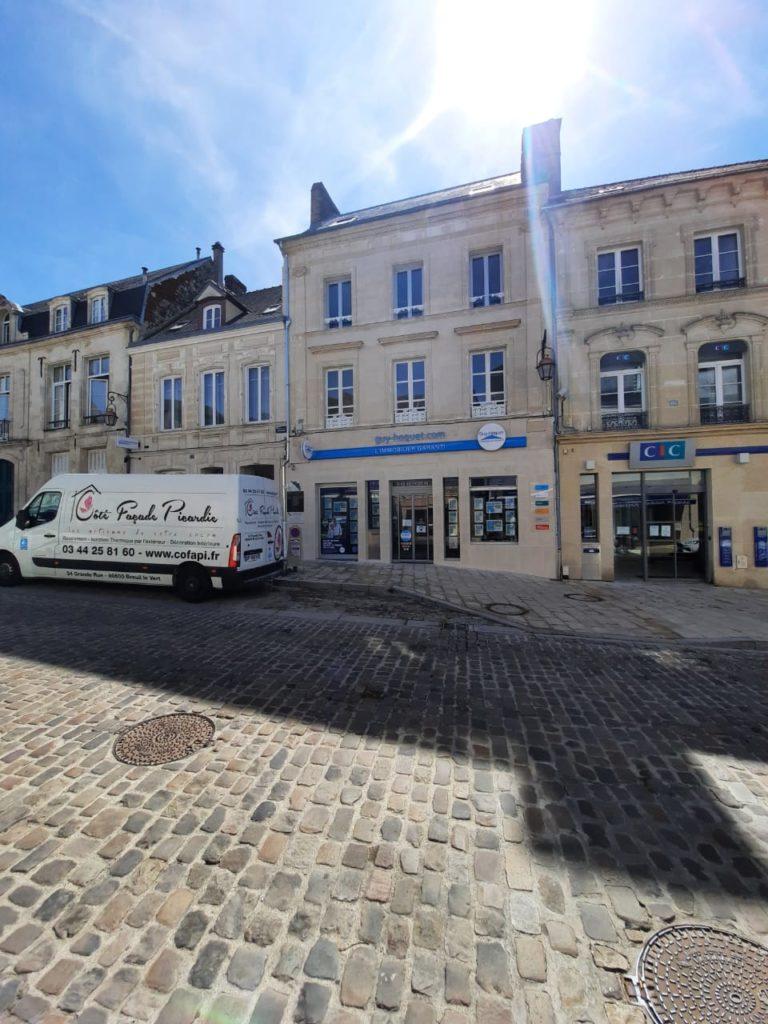 vue de la façade rénovée de l'Agence Guy Hoquet à Clermont Oise par Cofapi