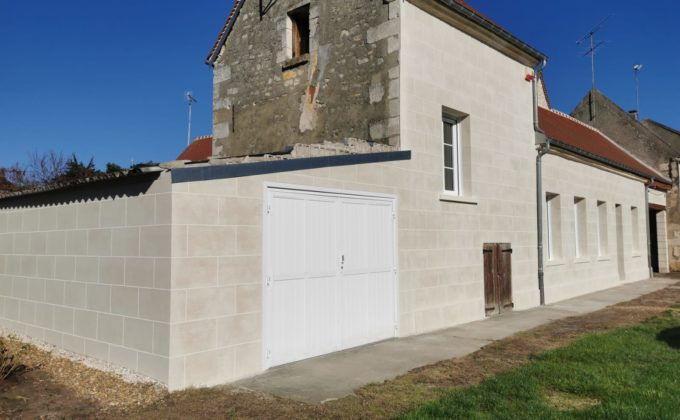 Cofapi a réalisé un ravalement des façades de la maison en enduit décoratif imitant la pierre de travertin