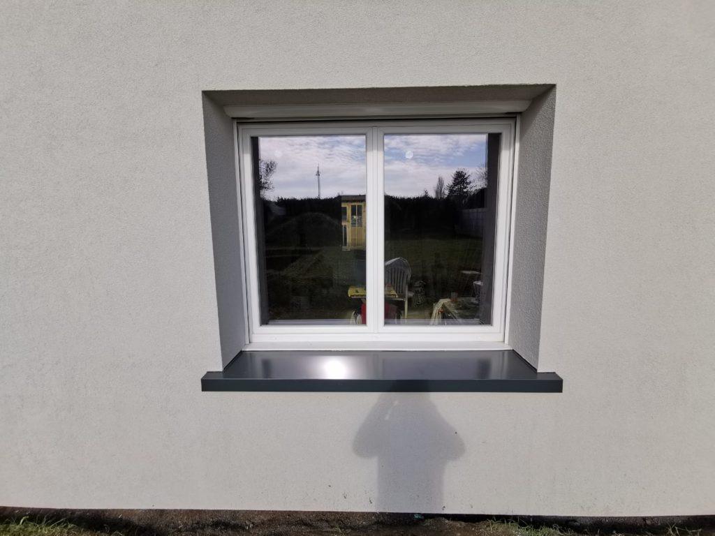 Détail du ravalement de Wavignies vue d'une fenêtre et de son appui recouvert d'une couvertine thermolaquée